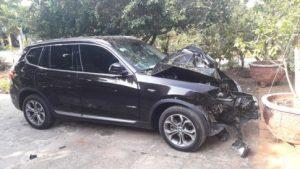 Xe hạng sang BMW tông vào gốc cây cổ thụ nát bét và tài xế tử vong