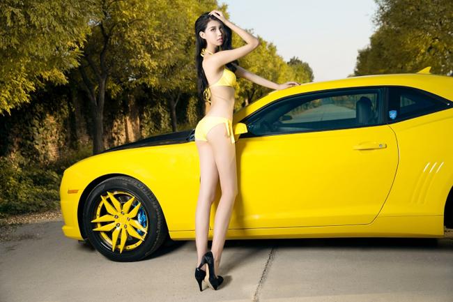 nguoi-mau-nong-bong-do-dang-ben-Chevrolet-Camaro-2017-2