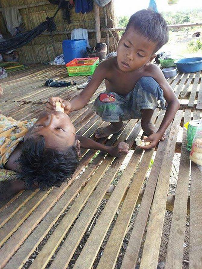 bé trai 12 tuổi chăm sóc anh trai tật nguyền