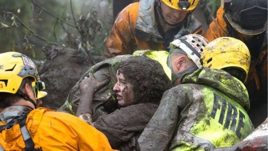 bé 2 tuổi thoát chết kỳ diệu khi bị kẹt dưới bùn lũ