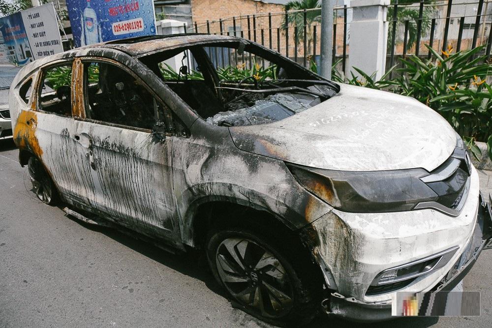 hàng loạt ô tô sang, xe máy cháy rụi sau vú cháy chung cư carina