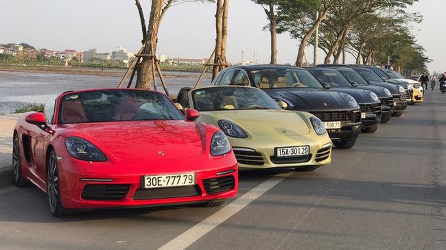 bất ngờ hai chiếc xe có cùng biển số đẹp ngay tại Hà Nội