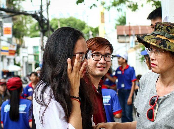 Thí sinh bật khóc sau giờ thi Toán ở Sài Gòn