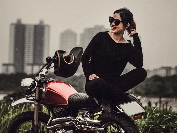Mẫu mô tô hoài cổ Honda CB400SS được độ tại Titan Motorcycle Workshop ở Hà Nội đã trở nên hấp dẫn hơn khi đứng cạnh người đẹp đầy cá tính.