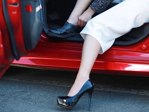 Phụ nữ nên sử dụng những trang phục cũng như phụ kiện phù hợp hơn khi điều khiển ô tô