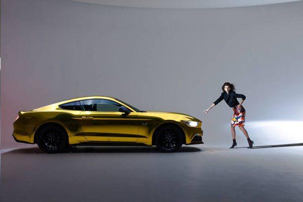 chiếc Ford Mustang mạ vàng độc nhất trên thế giới bên người đẹp hàng đầu nước Pháp
