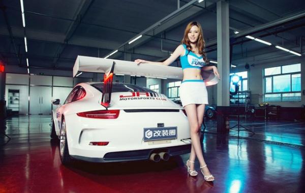 mẫu ảnh cùng siêu xe 911 GT3 Cup